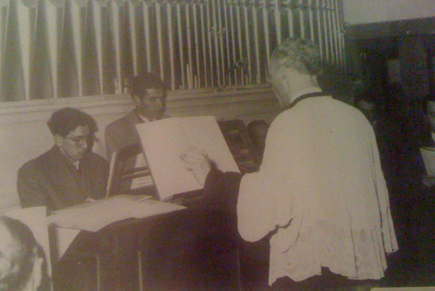 Don Siro Cisilino dirige in cantoria
