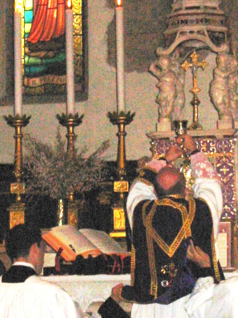 Don Roberto Spataro sdb dice la messa tridentina alla rettoria di S. Toscana, Verona