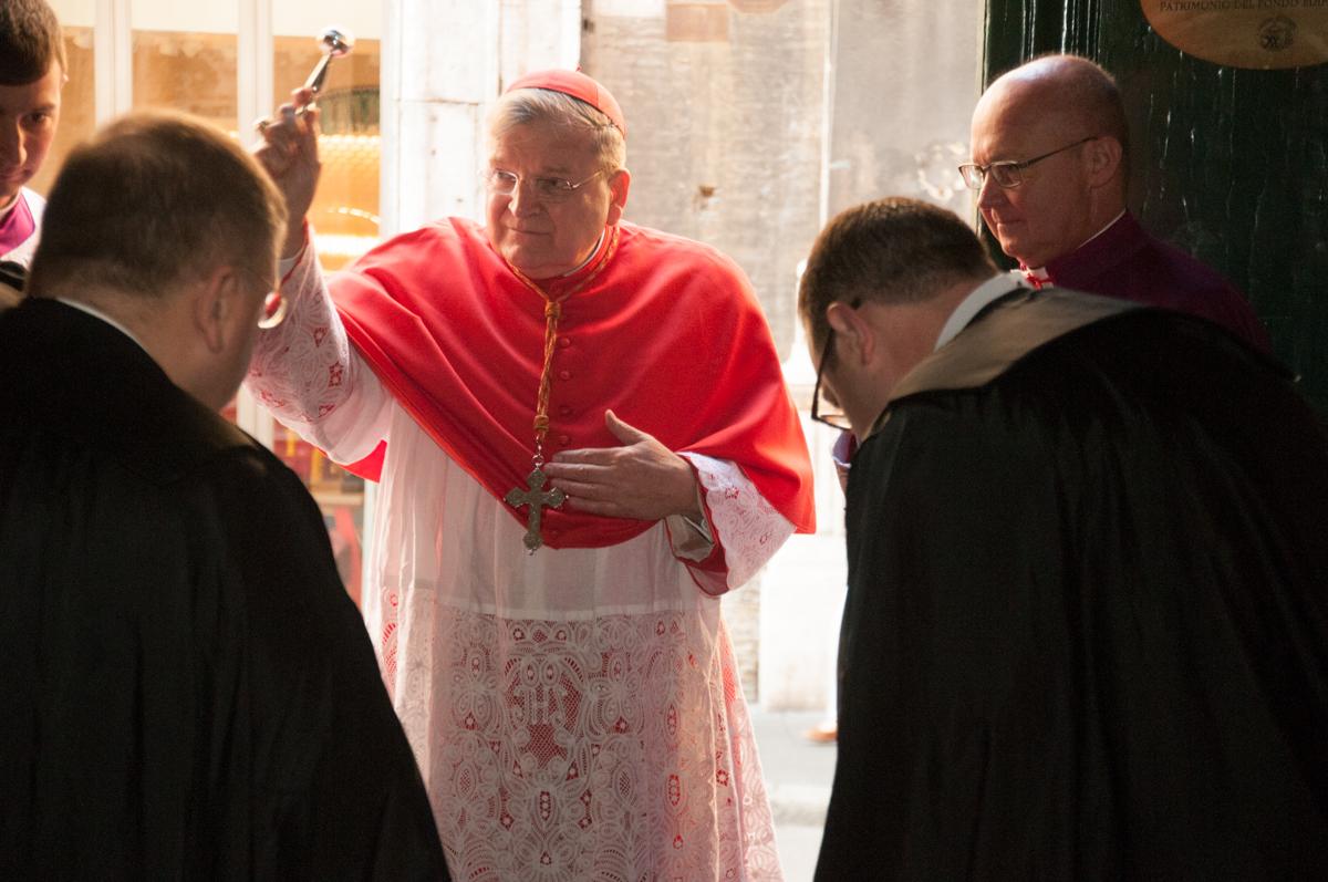 All'ingresso della chiesa il Cardinale asperge il clero