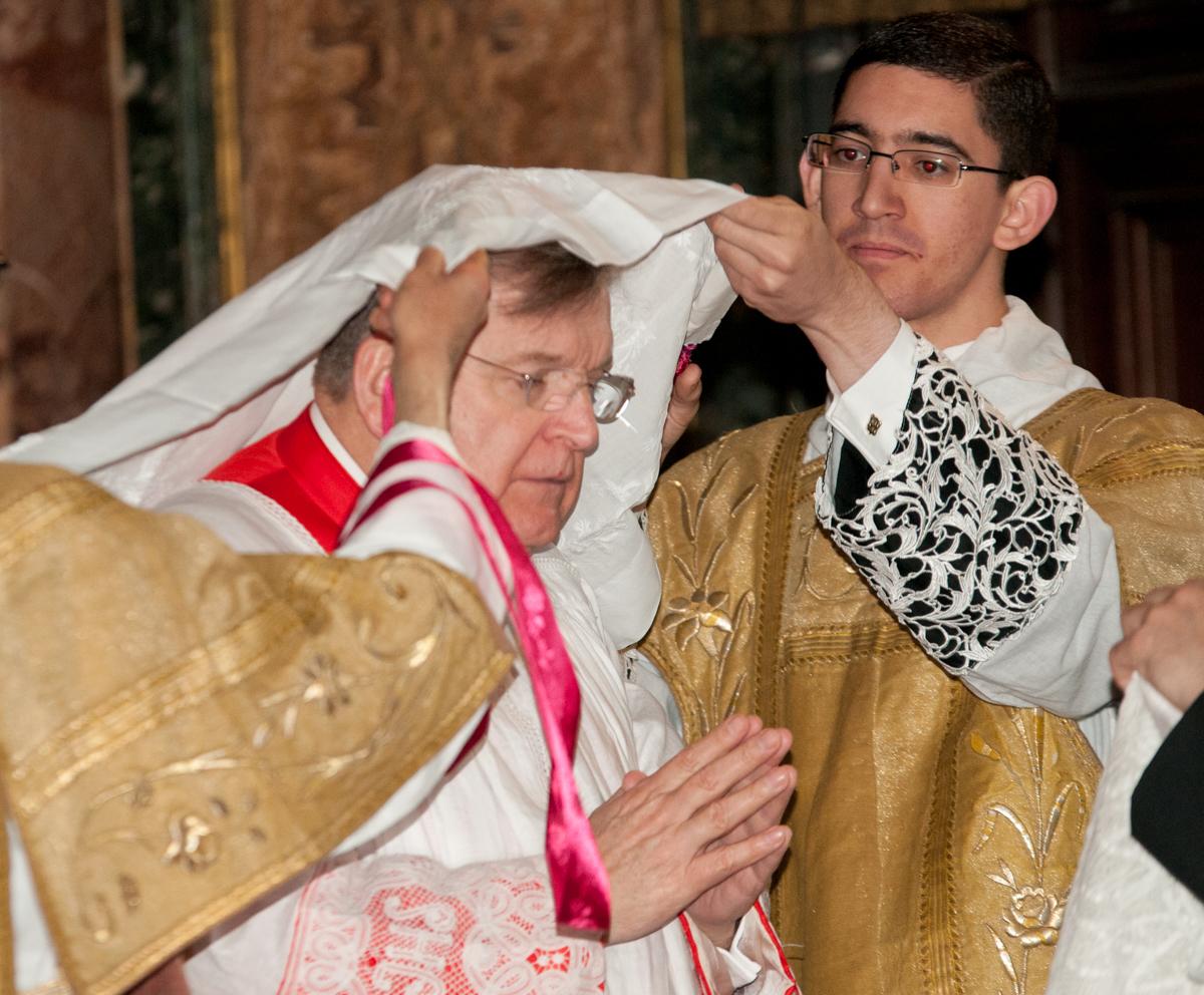 Alla vestizione il Cardinale assume l'amitto