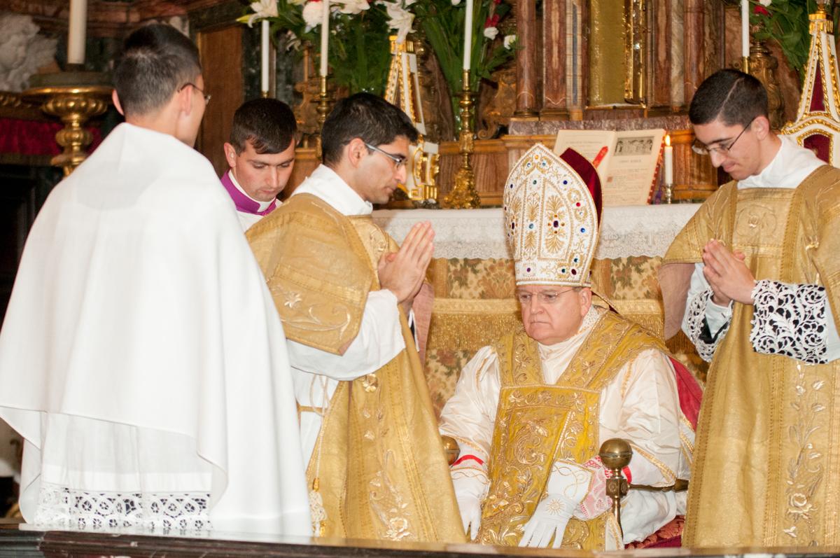Il Cardinale assume la mitra preziosa