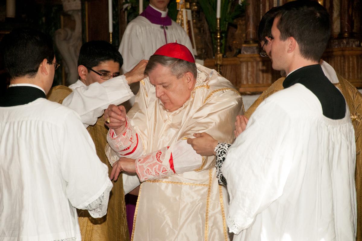 Il Cardinale depone i paramenti